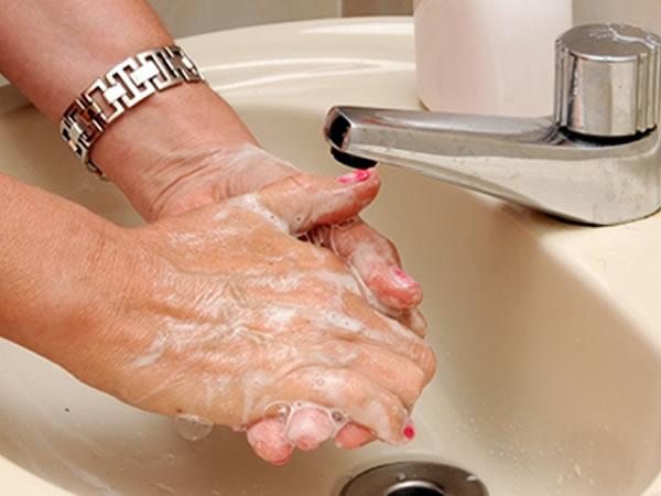 Não esqueça que, ao ensaboar as mãos, você deve deixar a torneira fechada, já que com a mesma aberta, desperdiça-se 20 litros de água por minuto.