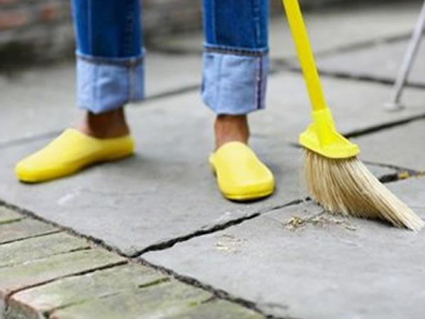 """Nunca use a água da mangueira para """"varrer"""" a calçada. Antes, use a vassoura."""